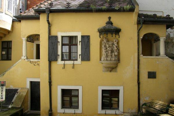 Rodný dom hudobného skladateľa J. N. Hummela sa zachoval ako  jediný zvyšok pôvodnej zástavby na Klobučníckej ulici. Dnes je v ňom umelcovo múzeum.