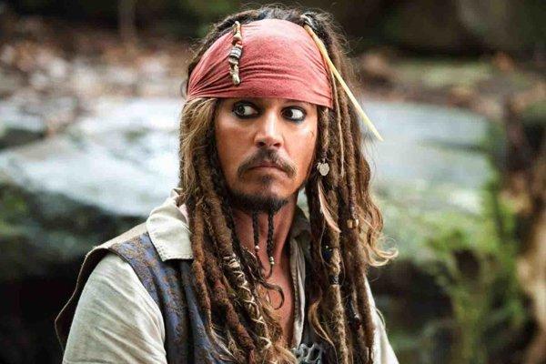 Johnny Depp ako ack Sparrow vo filme Piráti z Karibiku.
