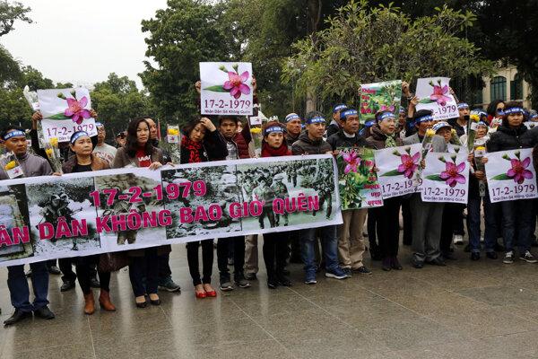Vyše sto ľudí sa zhromaždilo v centrálnom Hanoji.