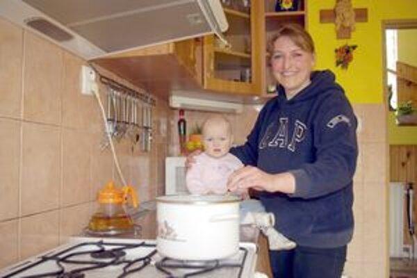 Malá Laura sa na nočník zatiaľ nepýta, no pri varení mame pomôže.