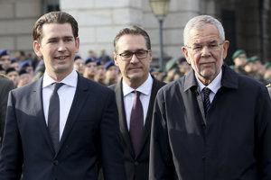 Zľava rakúsky kancelár Sebastian Kurz, Heinz-Christian Strache a prezident Alexander Van Der Bellen.