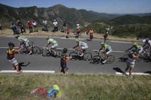 Taliansky cyklista Alessandro de Marchi, Slovák Peter Sagan, Poliak Maciej Bodnar, Talian Alan Marangoni a Slovinec Kristijan Koren z tímu Cannondale pedálujú popri Croix de Mounis počas 7. etapy prestížnych cyklistických pretekov Tour de France na trati z Montpelliera do Albi, dlhej 205,5 km 5. júla 2013.