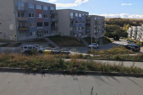 Bytovky sú postavené na kopci a cesty majú podľa mesta až príliš veľký sklon, preto za ne nechce prevziať zodpovednosť.
