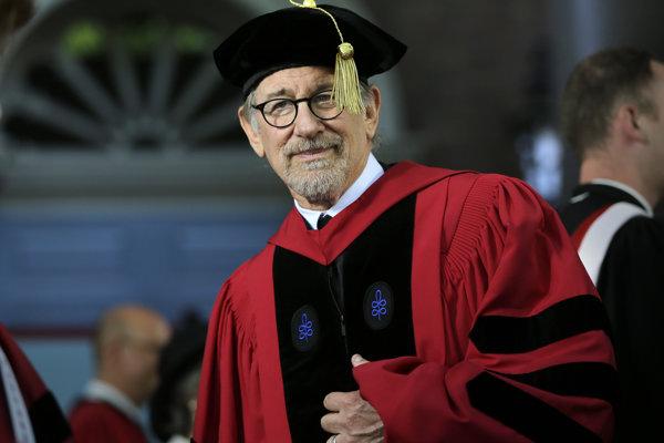 Steven Spielberg má okrem troch Oscarov aj čestný doktorát z Harvardu.