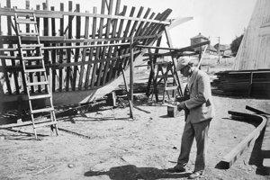Jack London pred kostrou lode Snark, na ktorej začal písať Martina Edena.