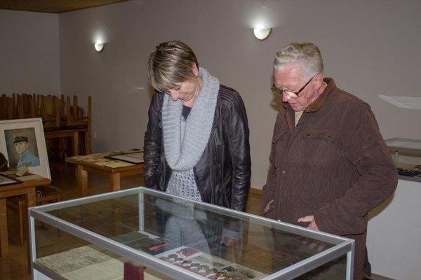 V kultúrnom dome otvorili výstavu pamätných medailí, vyznamenaní aocenení zobdobia 1. Československej republiky.