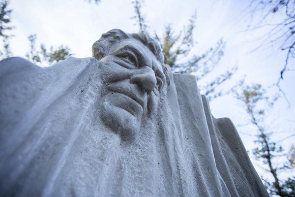 Pomník Antona Srholca vytvoril sochár Peter Mészároš a odhalili ho v parku na Radničnom námestí v Prievoze.