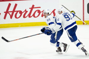 Brayden Point (vľavo) a jeho spoluhráč z Tampy Bay Steven Stamkos oslavujú gól do siete Ottawy Senators.