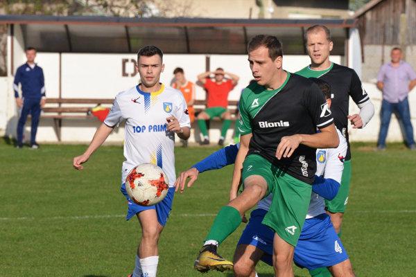 Na snímke v zelenom Nededčania Denis Galbavý a Patrik Dlhý, vľavo Róbert Oravec z Hrušovian.