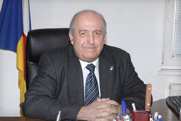 Šesťdesiatnik Emil Petrvalský zdôvodňuje svoje rozhodnutie nekandidovať hlasmi volajúcimi po generačnej výmene politikov.
