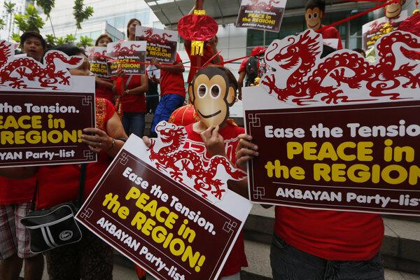 Demonštranti pred čínskou ambasádou na Filipínach žiadajú Peking, aby počas roka opice nezvyšoval napätie v Juhočínskom mori.