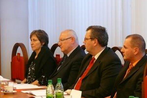 Ústretový krok urobil minulý rok v oblasti prístupu médií a verejnosti na rokovania komisie výstavby, dopravy a životného prostredia poslanec Juraj Pekár (druhý zľava).