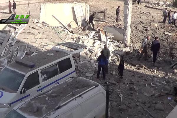 Po náletoch v meste Azáz na severe Sýrie.