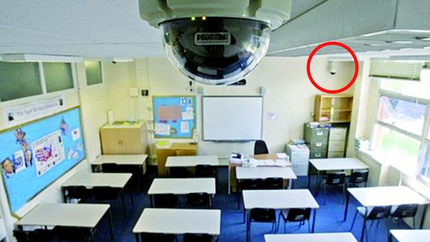 Jedna kamera je umiestnená vpredu, druhá v zadnej časti triedy.