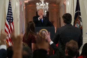 Prezident USA Donald Trump diskutuje s novinárom spravodajskej televízie CNN Jimom Acostom.
