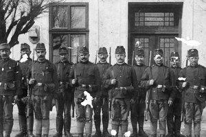 6.Piaty zľava príslušník trenčianskeho Cisárskeho a kráľovského pešieho pluku č. 71 Maloledničan Pavel Pohanka - Melech, ktorý sa v júni 1918 tiež zúčastnil na vzbure slovenských vojakov  v Kragujevaci, ale mal šťastie a pri decimácii pluku nebol medzi 44 popravenými.