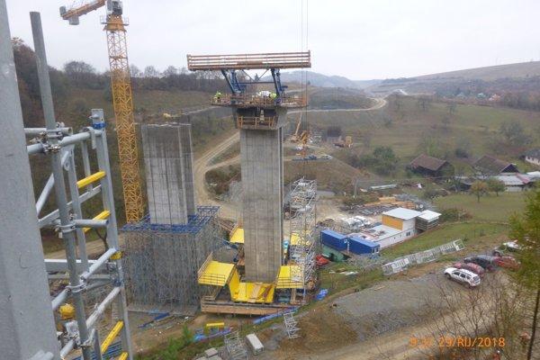 Práce na stavbe počas októbra.