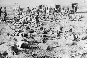 Členovia Červeného kríža prezerajú zranených a mŕtvych.