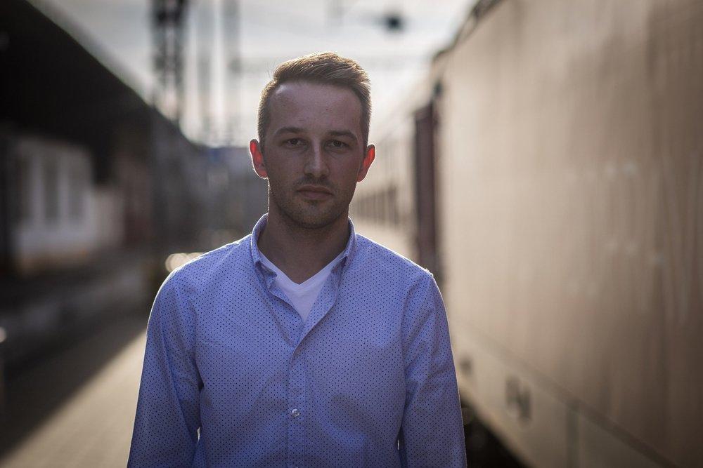 Gregor Molnár má 30 rokov a rušňovodičom je už desiaty rok. Jeho otec má štyridsaťročnú prax.