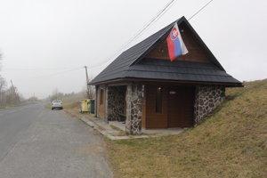 Volebná miestnosť je vo vnútri autobusovej zastávky.