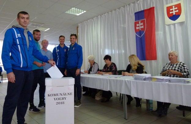 Skôr, ako nastúpili na zápas na domácom trávniku, zišli sa hráči vo volebnej miestnosti.
