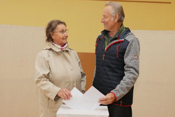 Manželia Chovancovci pri volebnej urne.