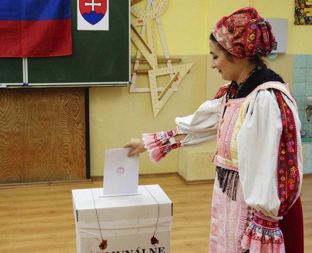 Členka folklórneho súboru Slovenskí rebeli počas hlasovania v Komárne.