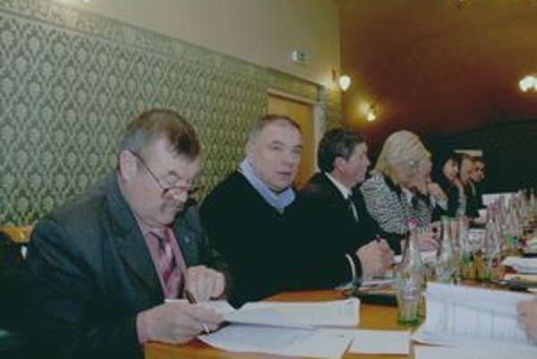Poslanec Vladimír Taraba (druhý zľava) požadoval od mesta zabezpečenie pomoci pre bezdomovcov.