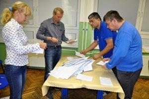 Spočítavanie hlasov v jednej z dolnokubínskych volebných miestností.