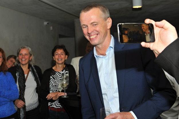 kandidát na primátora mesta Žiliny Peter Fiabáne reaguje na priebežné výsledky volieb.