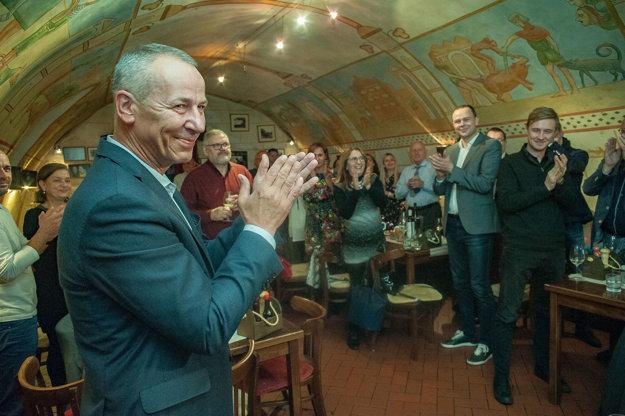 Ján Nosko (vľavo) reaguje na priebežné výsledky volieb