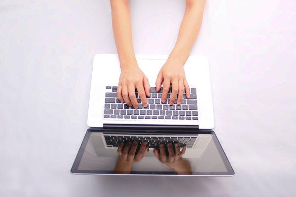 Súťažiť môžu aj projekty online žurnalistiky. Ilustračné foto.