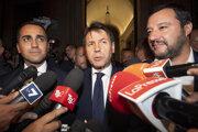 V strede je premiér Conte. Po krajoch skutoční vládcovia súčasného Talianska - Salvini (vpravo) a di Maio (vľavo).