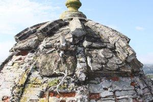 Kopula hrobky pred obnovou.