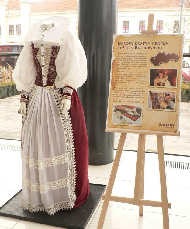 Replika originálu kostýmu krvavej grófky.
