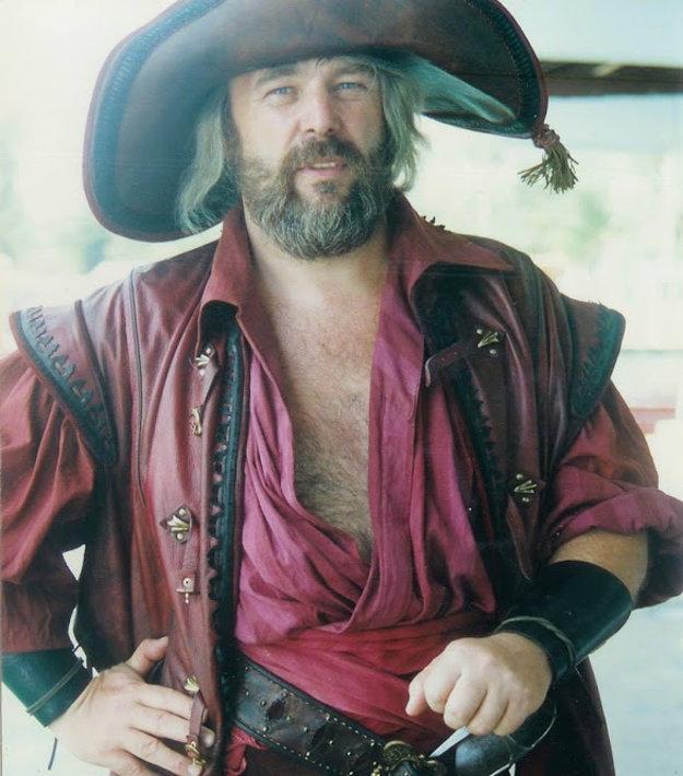 V kostýme piráta ako dablér Mária Adorfa.