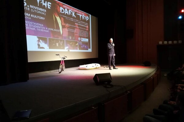 Hlavnou myšlienkou multimediálnej divadelnej inscenácie sú drogy aprotidrogová prevencia.