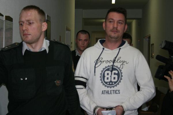 Miroslav prichádza na súd.