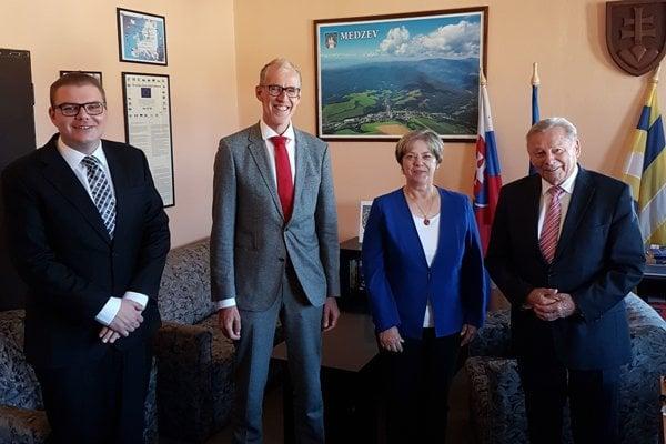 Budúci primátor Smorada (vľavo) v spoločnosti nemeckého veľvyslanca Bleickera, primátorky Flachbartovej a exprezidenta Schustera.