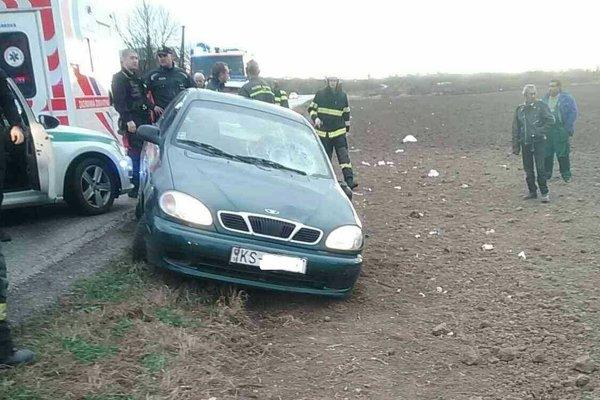 Auto vyletelo z cesty do poľa, kde zrazilo niekoľko ľudí.