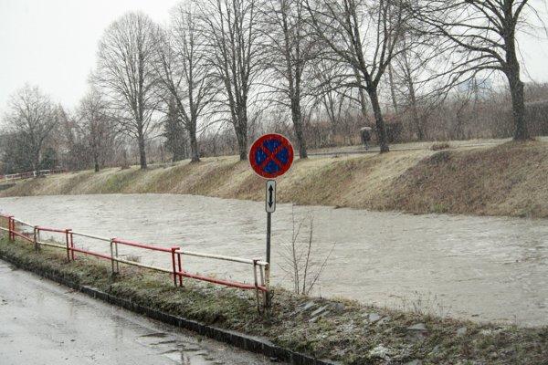 Hladiny riek v regióne opäť stúpajú.