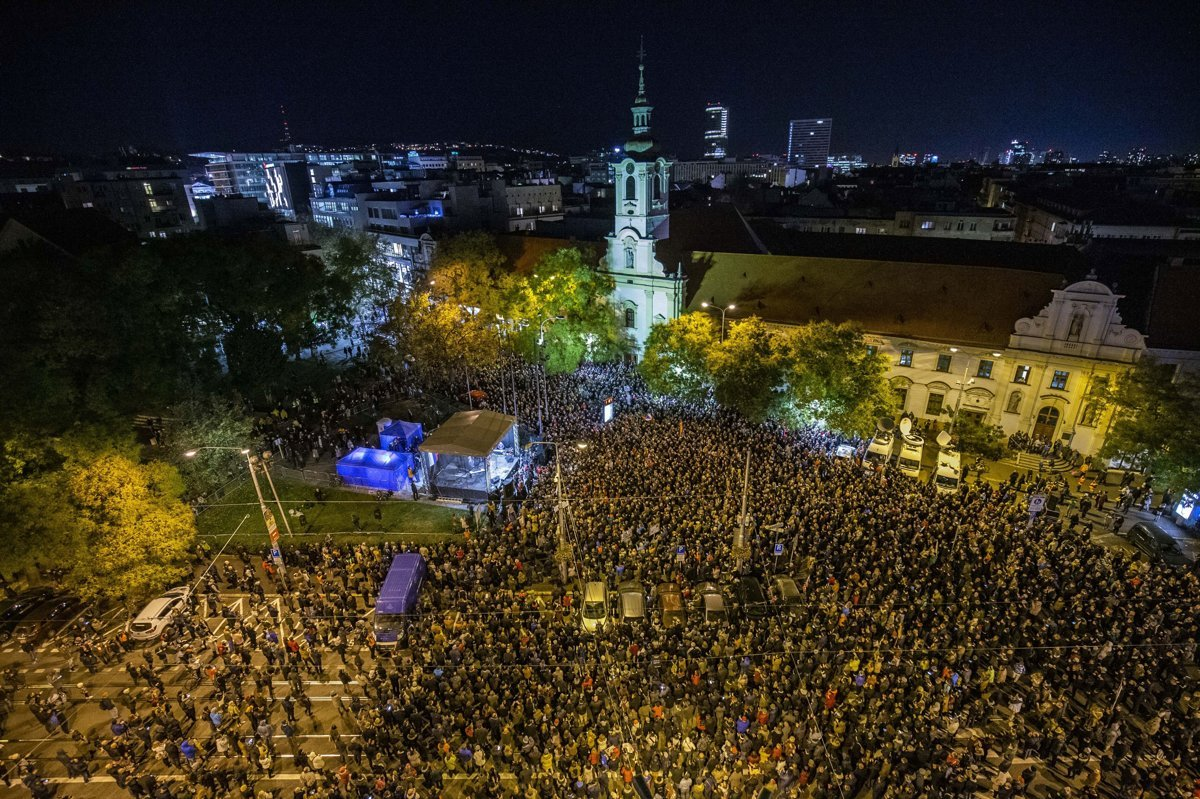 Zhromaždenie organizované iniciatívou Za slušné Slovensko 16. novembra 2018  na Námestí SNP v Bratislave. 5bdbb1ac731