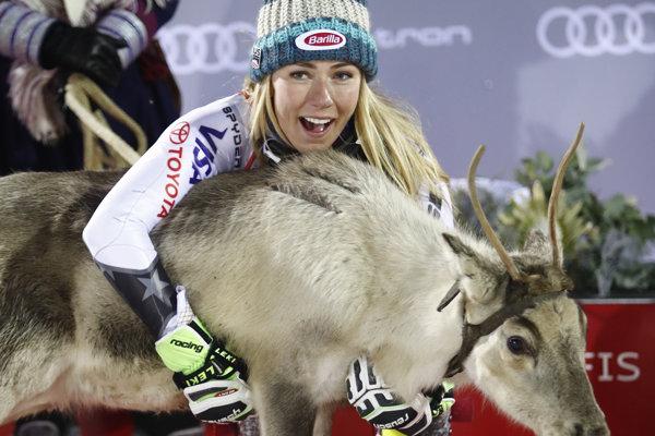 Američanka Mikaela Shiffrinová so sobom, ktorého dostala za víťazstvo.