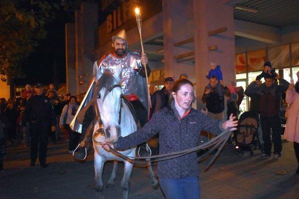 Martin na bielom koni, pešia zóna v Púchove