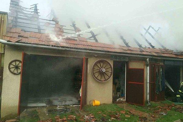 Požiar dielne zamestnal v nedeľu hasičov.