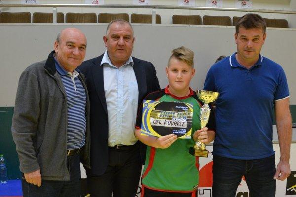 Predseda Pavol Šípoš (druhý zľava) počas halového turnaja starších žiakov.
