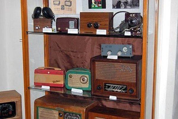 Zbierka Alojza Siklienku dnes obsahuje sto rádioprijímačov.