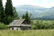 Chamkova stodola ako z reklamy na Horehronie. V pozadí Kráľova hoľa.