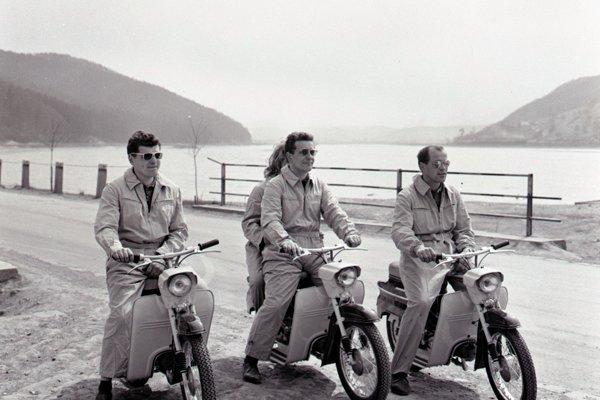 Skúšobní jazdci motocyklu Jawa (zľava): Pavol Čerňanský, Milan Daniš, Jarmila Koprnová a Jozef Tamáši na testovacej jazde malých motocyklov Jawa 50 typ 05 v roku 1963.