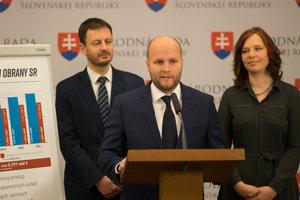 Jaroslav Naď (vstrede) počas tlačovej konferencie.